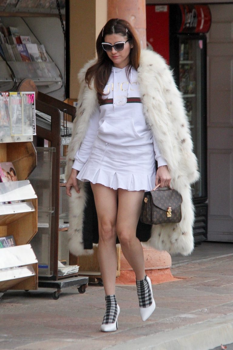 Blanca Blanco flashes her legs in short skirt out in Malibu, California 2019/12/19 7
