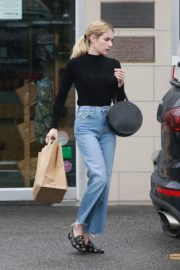 Emma Roberts in black top and blue denim out in Los Angeles 2019/12/08 7