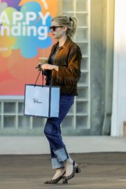 Emma Roberts in stylish brown jacket out shopping in Beverly Hills 2019/12/18 4