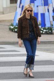 Emma Roberts in stylish brown jacket out shopping in Beverly Hills 2019/12/18 12