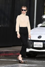 Emma Roberts seen high neck top with black jeans shopping out in Los Angeles 2019/12/08 6
