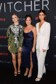 Freya Allan, Anya Chalotra,Henry Cavill and Lauren Schmidt Hissrich attend The Witcher Photocall in Hollywood 2019/12/03 1