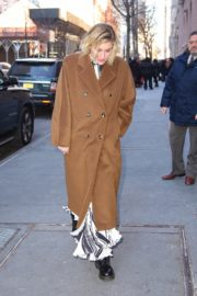 Greta Gerwig seen in long brown coat out in New York City 2019/12/19 1