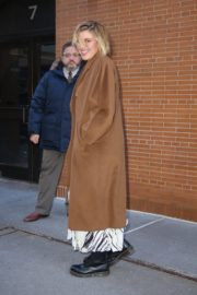 Greta Gerwig seen in long brown coat out in New York City 2019/12/19 4