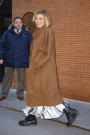 Greta Gerwig seen in long brown coat out in New York City 2019/12/19 5
