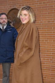 Greta Gerwig seen in long brown coat out in New York City 2019/12/19 6
