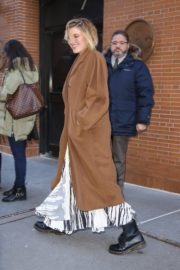 Greta Gerwig seen in long brown coat out in New York City 2019/12/19 7