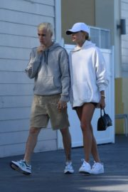 Hailey and Justin Bieber seen in grey and white hoddies out for lunch in Miami 2019/11/29 2