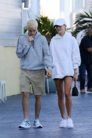 Hailey and Justin Bieber seen in grey and white hoddies out for lunch in Miami 2019/11/29 3