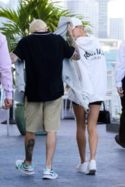 Hailey and Justin Bieber seen in grey and white hoddies out for lunch in Miami 2019/11/29 5