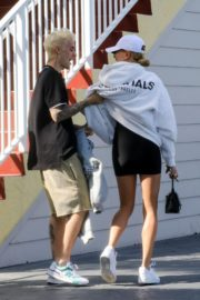 Hailey and Justin Bieber seen in grey and white hoddies out for lunch in Miami 2019/11/29 7