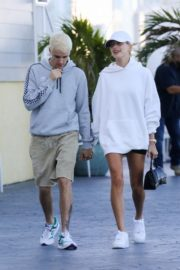 Hailey and Justin Bieber seen in grey and white hoddies out for lunch in Miami 2019/11/29 8