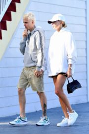 Hailey and Justin Bieber seen in grey and white hoddies out for lunch in Miami 2019/11/29 10