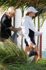 Hailey and Justin Bieber seen in grey and white hoddies out for lunch in Miami 2019/11/29 11