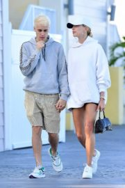 Hailey and Justin Bieber seen in grey and white hoddies out for lunch in Miami 2019/11/29 18