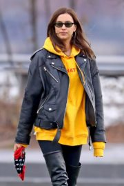 Irina Shayk poses in yellow top with leather jacket out in New York City 2019/11/27 6