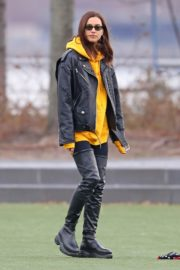 Irina Shayk poses in yellow top with leather jacket out in New York City 2019/11/27 7