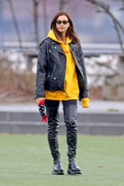 Irina Shayk poses in yellow top with leather jacket out in New York City 2019/11/27 13