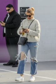 Cameron Diaz in high neck sweatshirt with ripped jeans during medical check-up in Santa Monica 2020/01/31 1