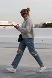 Cameron Diaz in high neck sweatshirt with ripped jeans during medical check-up in Santa Monica 2020/01/31 2