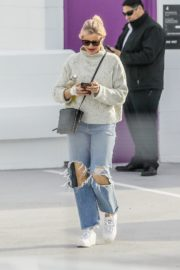 Cameron Diaz in high neck sweatshirt with ripped jeans during medical check-up in Santa Monica 2020/01/31 3