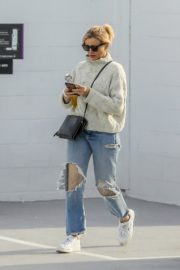Cameron Diaz in high neck sweatshirt with ripped jeans during medical check-up in Santa Monica 2020/01/31 4