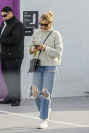 Cameron Diaz in high neck sweatshirt with ripped jeans during medical check-up in Santa Monica 2020/01/31 5
