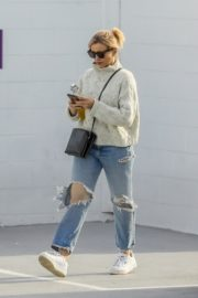 Cameron Diaz in high neck sweatshirt with ripped jeans during medical check-up in Santa Monica 2020/01/31 6