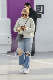 Cameron Diaz in high neck sweatshirt with ripped jeans during medical check-up in Santa Monica 2020/01/31 7