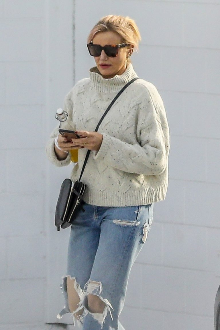 Cameron Diaz in high neck sweatshirt with ripped jeans during medical check-up in Santa Monica 2020/01/31 8