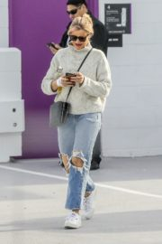 Cameron Diaz in high neck sweatshirt with ripped jeans during medical check-up in Santa Monica 2020/01/31 9