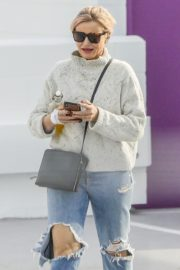 Cameron Diaz in high neck sweatshirt with ripped jeans during medical check-up in Santa Monica 2020/01/31 10