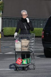 Jamie Lee Curtis Shopping at Gleson's Market in Pacific Palisades 2020/03/26 2