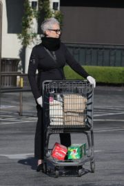Jamie Lee Curtis Shopping at Gleson's Market in Pacific Palisades 2020/03/26 4