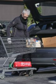 Jamie Lee Curtis Shopping at Gleson's Market in Pacific Palisades 2020/03/26 6
