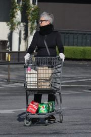 Jamie Lee Curtis Shopping at Gleson's Market in Pacific Palisades 2020/03/26 11