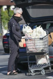 Jamie Lee Curtis Shopping at Gleson's Market in Pacific Palisades 2020/03/26 12