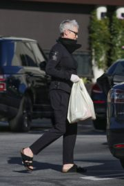 Jamie Lee Curtis Shopping at Gleson's Market in Pacific Palisades 2020/03/26 14
