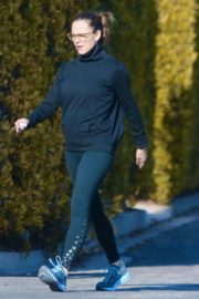 Jennifer Garner with a friend for walk in Pacific Palisades, California 2020/03/26 4
