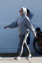 Katy Perry in Grey Hoodie with Tights at a Gas Station in Los Angeles 2020/03/20 4