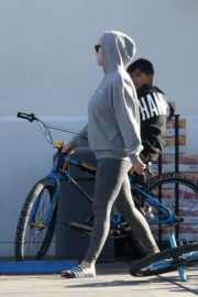 Katy Perry in Grey Hoodie with Tights at a Gas Station in Los Angeles 2020/03/20 12