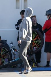 Katy Perry in Grey Hoodie with Tights at a Gas Station in Los Angeles 2020/03/20 13