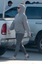 Katy Perry in Grey Hoodie with Tights at a Gas Station in Los Angeles 2020/03/20 14
