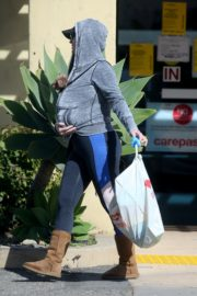 Katy Perry with her dog in hoodie during shopping at Pharmacy in Los Angeles 2020/03/21 2