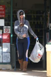 Katy Perry with her dog in hoodie during shopping at Pharmacy in Los Angeles 2020/03/21 5