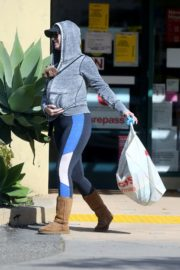 Katy Perry with her dog in hoodie during shopping at Pharmacy in Los Angeles 2020/03/21 6