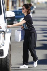 Lucy Hale enjoys a coffee and run an errand early morning in Los Angeles 2020/03/28 9