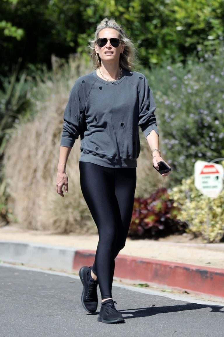 Molly Sims enjoys a Morning Walk in Brentwood 2020/03/28 1
