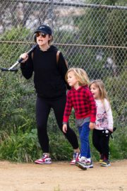 Olivia Wilde with her kids to a local park in Los Angeles, California 2020/03/26 1