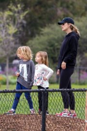 Olivia Wilde with her kids to a local park in Los Angeles, California 2020/03/26 3
